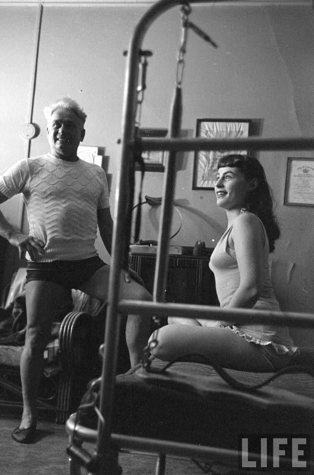 Joseph Pilates e Roberta Peters, una delle dive dell'opera al Metropolitan Opera, New York. Da notare il reformer su cui è seduta Roberta. Durante il suo internamento, Joe raffinò le sue idee e addestrò altri internati con il suo sistema di esercizio. Modificò i letti di ospedale inserendo delle molle, consentendo ai pazienti costretti a letto di fare esercizi con delle resistenze, un'innovazione che trasferì più tardi nelle sue attrezzature. Via PilatesShop