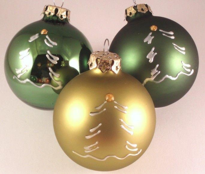 Weihnachtskugeln TREE - 3er-Set - grün - 6cm - Handbemalt und in einer wunderschönen Farbzusammenstellung präsentiert sich dieses Baumschmuck-Set aus Christbaumkugeln - eine Zierde für Ihren Weihnachtbaum!  Die Kugeln wurden von uns mit dem Motiv des Tannenbaums bemalt. Ein bisschen wirkt die Bemalung wie Zuckerguss, auch weil sie leicht erhaben ist.