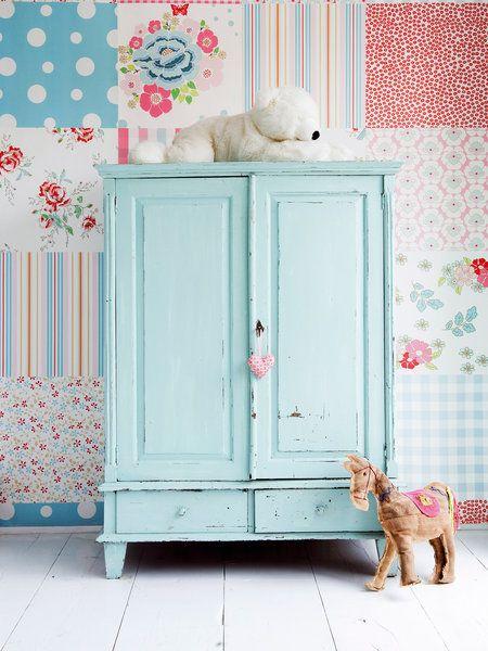 Un armario antiguo pintado en color azul