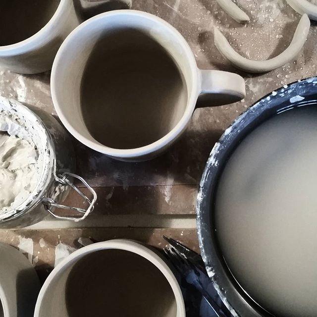 Hänklar muggar i verkstan till toner av Sophie Zelmani. Idag har vi öppet till 15. Välkommen! | Pulling handles to the sound of Sophie Zelmani. Today we're open til 3pm. Welcome! #enstromblom #keramik #handgjord #verkstad #tillverkning #mugg #bruksgods #ceramics #handmade #workshop #mug #stoneware