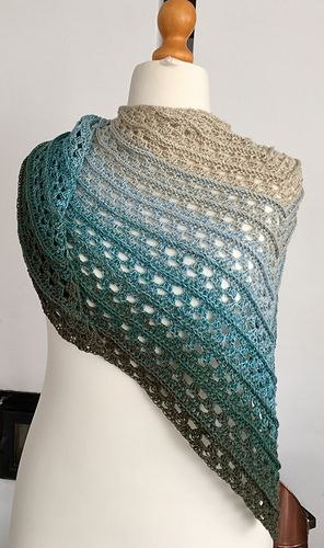 Amorous - free triangular crochet shawl pattern in English and German by Katja Löffler.