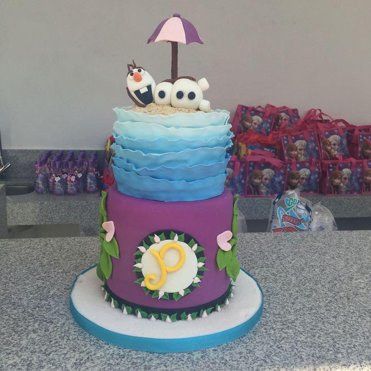 Frozen cake with Olaf on top in summer. Pastel de frozen con olaf arriba en el verano.
