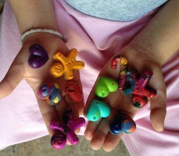 Σε μια εκκαθάριση που έκανα στα είδη ζωγραφικής της κόρης μου, βρήκα αρκετές κηρομπογιές. Οι περισσότερες σπασμένες, που δε μπορούσαν να χρησιμοποιηθούν. Πριν τις π...