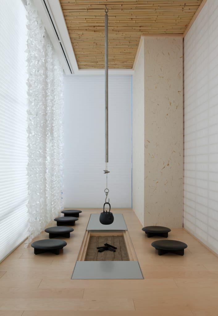 リビングのデザイン:JAPANESEROOM & IRORI / 和室と囲炉裏 | 数寄の家 | 高級邸宅をご紹介。こちらでお気に入りのリビングデザインを見つけて、自分だけの素敵な家を完成させましょう。