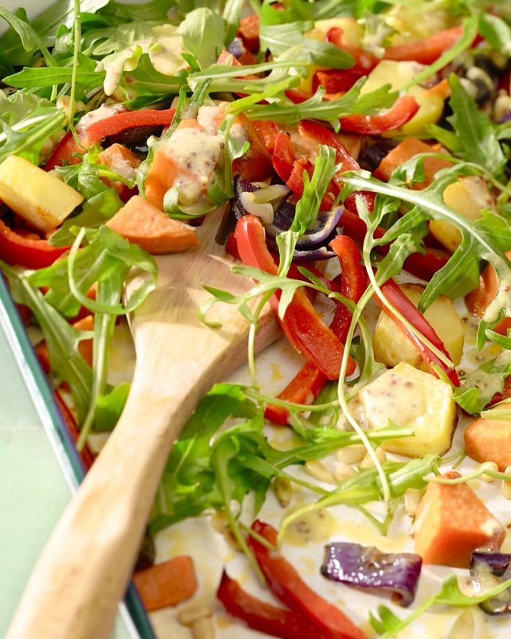 Een heerlijke vegetarische schotel met geroosterde groenten en een frisse limoen-graanmosterddressing. Een aanrader!