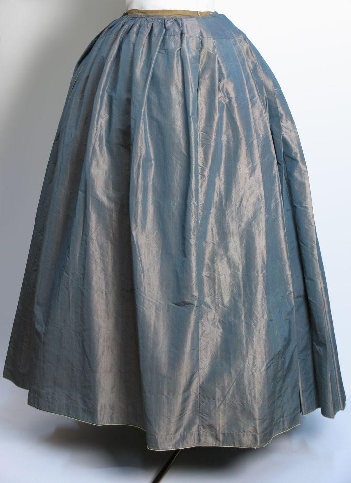 18e eeuw Changeant zijden rok uit het Zaans Museum , ZOV-collectie. Wordt ook gloedzijde genoemd.