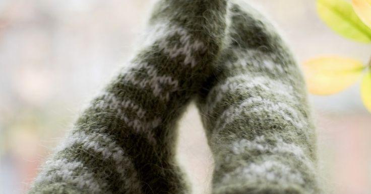 Guía para principiantes sobre cómo tejer calcetines usando agujas de una punta. Si has visto a alguien tejer un par de medias con un juego de agujas de doble punta, tal vez lo habrás visto parecido a pelear con un puercoespín. Es mucho más fácil de lo que parece. Sin embargo, si todavía no te sientes cómoda usando cuatro agujas, puedes tejer calcetines con dos agujas rectas. Hay dos métodos distintos de hacerlo en dos agujas: ...