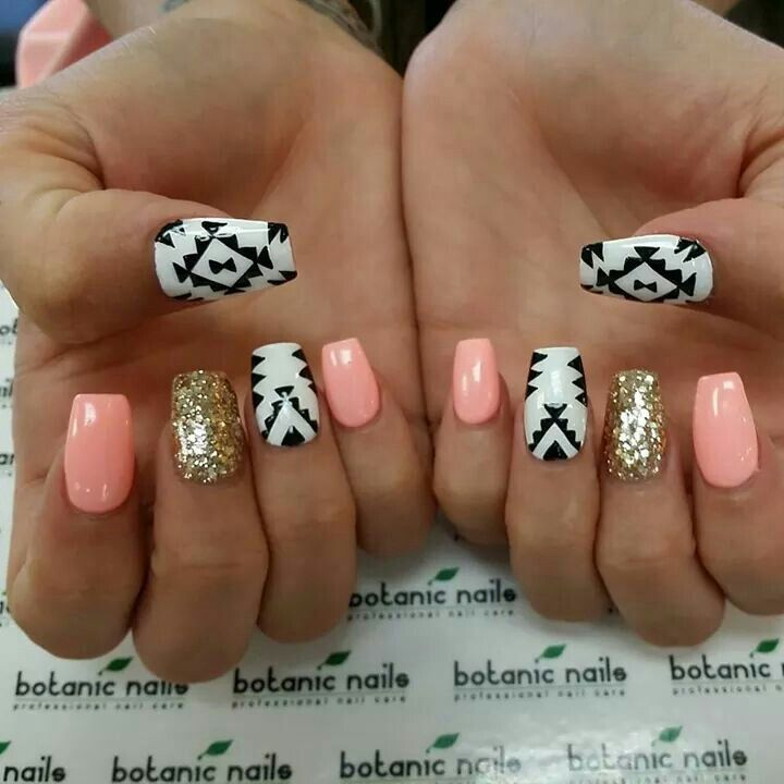 Sparkle and aztec nails love!<3