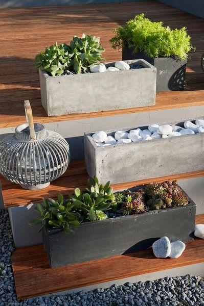 un pot en béton très déco pour la terrasse - Jardinière en fibre, L. 17 cm x H. 17,2 cm x l. 52 cm, coloris gris, 20,20 euros, Leroy Merlin En savoir plus sur http://www.cotemaison.fr/guide-jardin-terrasse/jardiniere-pot-de-fleurs-pour-terrasse-ou-balcon-tres-deco_23563.html#DofG4iXEp79hVRox.99
