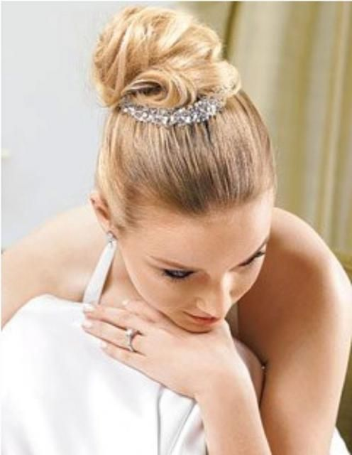 #acconciatura per la #sposa con #chignon alto. Scopri altre acconciature sposa: http://www.matrimonio.it/collezioni/acconciatura/2__cat