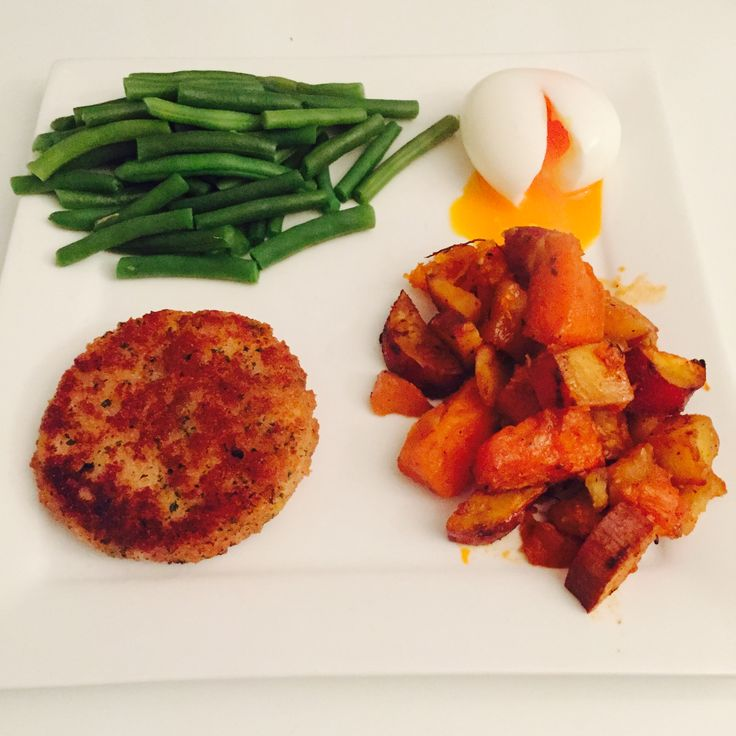 Salmonburger, ovenbaked pumpkin and sweet patotoes, soft boiled egg and green beans✨