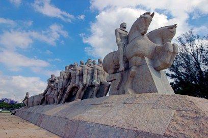 monumento-bandeiras-a-bussola-quebrada
