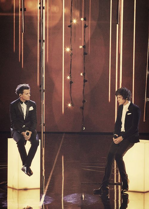 i love how Harry has extra leg room, and Louis' feet dont even touch the ground :)