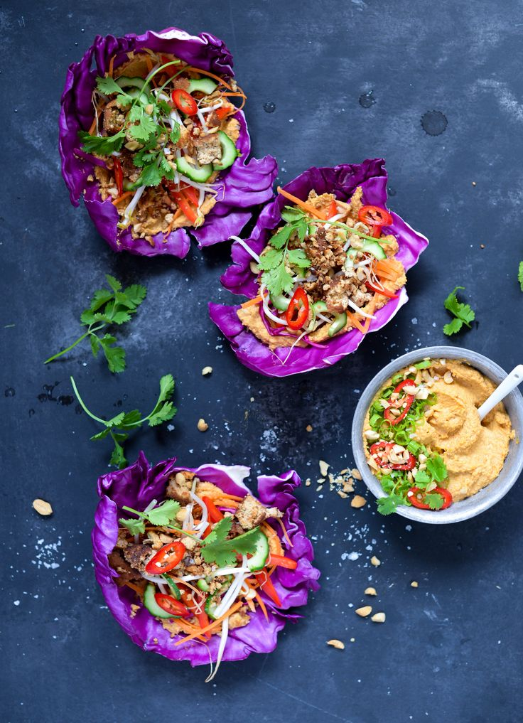 Kålwraps med thai peanut hummus og tofu