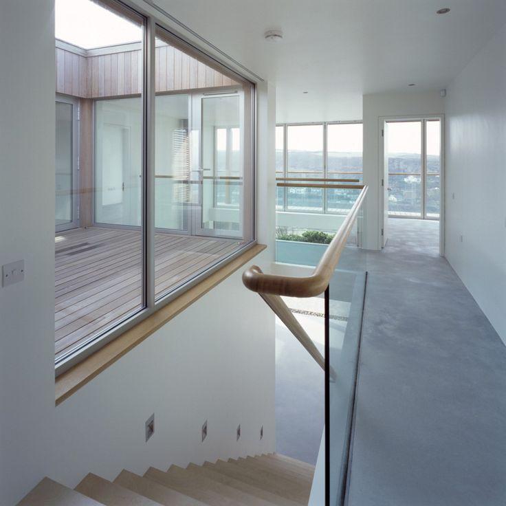 Combinatie houten trap en betonnen vloer