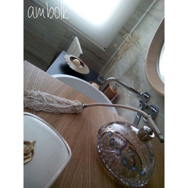Detalles románticos para decorar un elegante  baño en colores tierra.