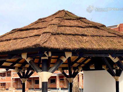 Estructura en palo redondo con cuibierta acabada en brezo decorativo.  #estructura #techo #tropjcal #roof #chiringuito #carpinteria #construccion #brezo