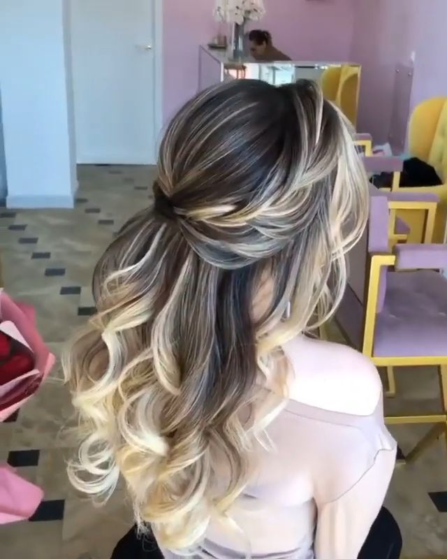 Gorgeous half up half down bridal hairstyle ideas to impress on your wedding day. // mysweetengagement.com // #wedding #bride #bridal #bridalhair #bridalhairstyle #weddinghairstyles  #halfuphalfdown #hairstyles
