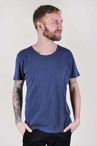 Snygg och enkel t-shirt från Hope tillverkad i en skön, tunn bomullskvalité. Halsringningen är djup och rundad.