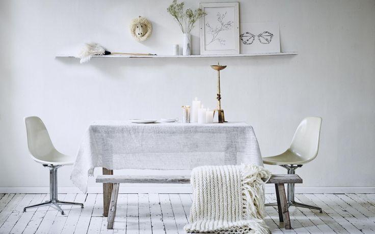 Tafelkleed van grof geweven jute, zelf wit geverfd met roller en acrylverf.