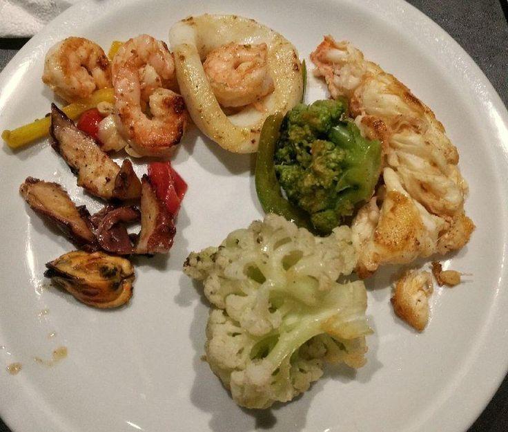 Polvo lula camarão e lagosta. Brócolis e couve-flor para acompanhar . Assim fazer dieta é fácil fácil! ;) . Para mais 23 receitas low-carb grátis acesse o link da minha bio ( http://ift.tt/29YBk7P ) . . #senhortanquinho #paleo #paleobrasil #primal #lowcarb #lchf #semgluten #semlactose #cetogenica #keto #atkins #dieta #emagrecer #vidalowcarb #paleobr #comidadeverdade #saude #fit #fitness #estilodevida #lowcarbdieta #menoscarboidratos #baixocarbo #dietalchf #lchbrasil #dietalowcarb