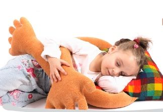 10 metode pentru un somn linistit al copilului Copiii mici adeseori au somnul agitat si de multe ori se trezesc tipand in urma unui cosmar. Este foarte important sa invatam copilul sa se autolinisteasca pentru a avea un somn odihnitor. Perna care te tine in brate ofera copilului sentimentul de siguranta si o stare de confort ce-l ajuta sa-si dezvolte capacitatea de autolinistire. http://jucarii-vorbarete.ro/10-metode-pentru-un-somn-linistit-al-copilului/