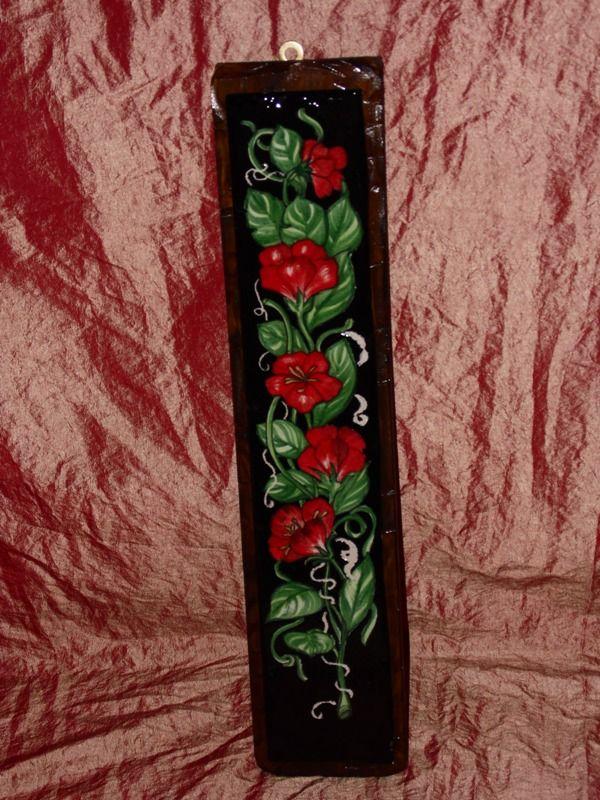 Piastra in ceramica con fiori rosso e fondo nero – base legno scura-