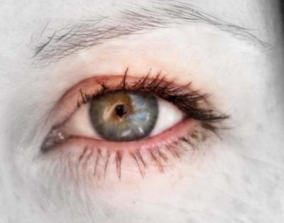 ♥ OČI ♥ Často se mě lidi ptají, co to ty mandaly vlastně jsou... Spousta lidí má pocit, že to je něco nového, co zde předtím nebylo. Ale nene, mandaly jsou všude kolem nás. A oko, to je jedna z mandal, kterou máme stále u sebe❣ Každé oko je naprosto jiné, každé oko je originál. Stačí se do očí podívat a hned se odkryje jakýkoli příběh, pocit nebo emoce a to bez jediného slovíčka... A víte, co je na téhle fotce tak zvláštního? Tak za prvé, fotka vznikla více než před deseti lety❣ A za…