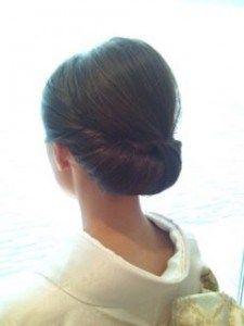 卒業式の着物に合うミディアムヘアの母親のアップスタイルの髪型3