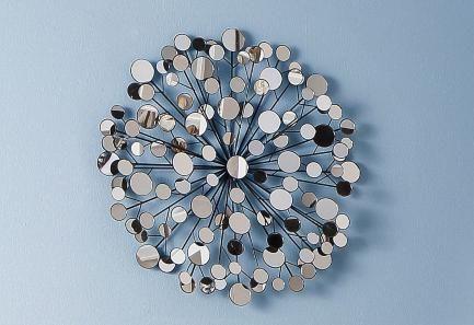 Diese außergewöhnliche Wanddekoration zieht alle Blicke auf sich. Kleine runde Spiegel vereinen sich zu einem Gesamtkunstwerk, das mit dem Licht spielt.