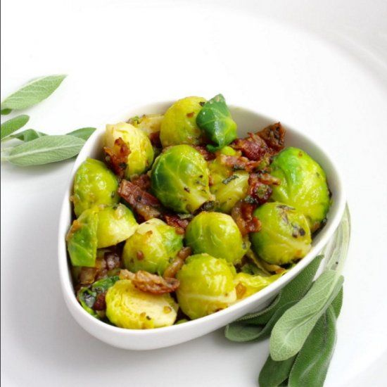 This Jamie Oliver´s recipe for Brussels is brilliant. Perfectly cooked Brussels sprouts accompanied with bacon, sage and chestnuts.(Czech)