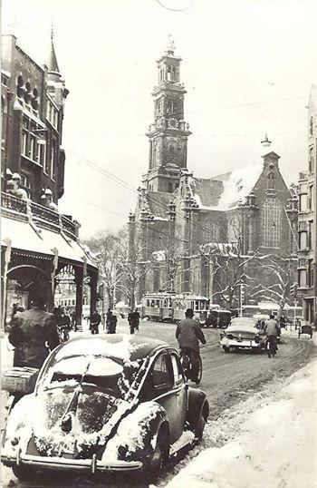 Raadhuisstraat en Westerkerk in 'echte' winterse omstandigheden, jaren vijftig.
