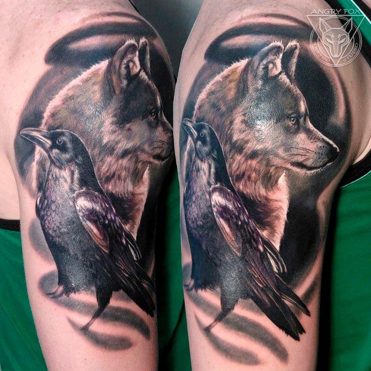 Волк и ворон - тату на плече у мужчины (Wolf and raven) by Angry Fox Tattoo