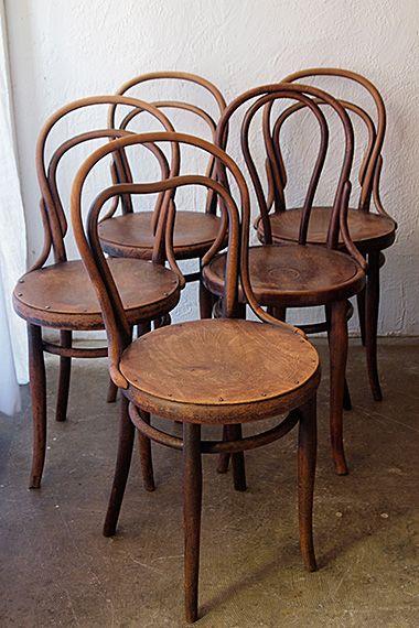 サイドプレスが施されたトーネットの椅子-thonet bentwood chair 現在作られている同社フォルムより座枠、笠木のアールが気持ちコンパクト、ヨーロッパ大衆に愛され、生産向上・耐久性の両立を図った布石と称するべき椅子。南仏で買付け、直近でもビストロで使われてきた強健なコンディション、1900年代初頭のお品。どの座面もインタルシア(エンボス)文様が朧げに、さりげないパターン。各自木部の締め直しを行っており、実際お座り頂ける状態です。それぞれの価格になります。