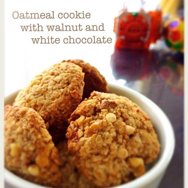 今日のおやつ〜  すぐできるオートミールクッキー グラハム粉とライ麦粉も入れて、ちょこっとヘルシーに  ザクザク大好き  btnonちゃん、バナナ無かったから普通のクッキーだけど… 食べ友よろしくね - 186件のもぐもぐ - オートミールクッキークルミとホワイトチョコ入 by tomyhayato