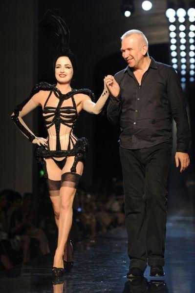 En 2010 terminó con el contrato que había contraído con Hermès, y comenzó a diseñar para La Perla.