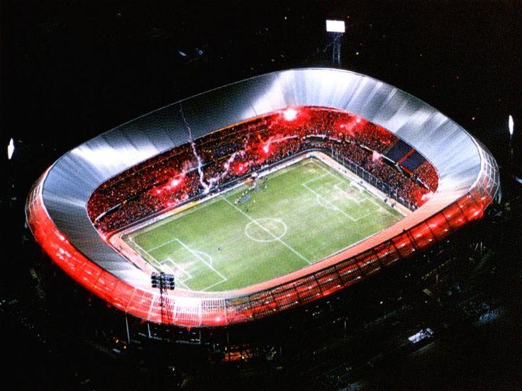 Vriend en vijand zijn het erover eens, de kuip is een echt origineel voetbalstadion waar de sfeer altijd goed is. Is er tijdens je verblijf in Rotterdam een wedstrijd? Zeker de moeite waard! Zeker avond wedstrijden hebben iets magisch!