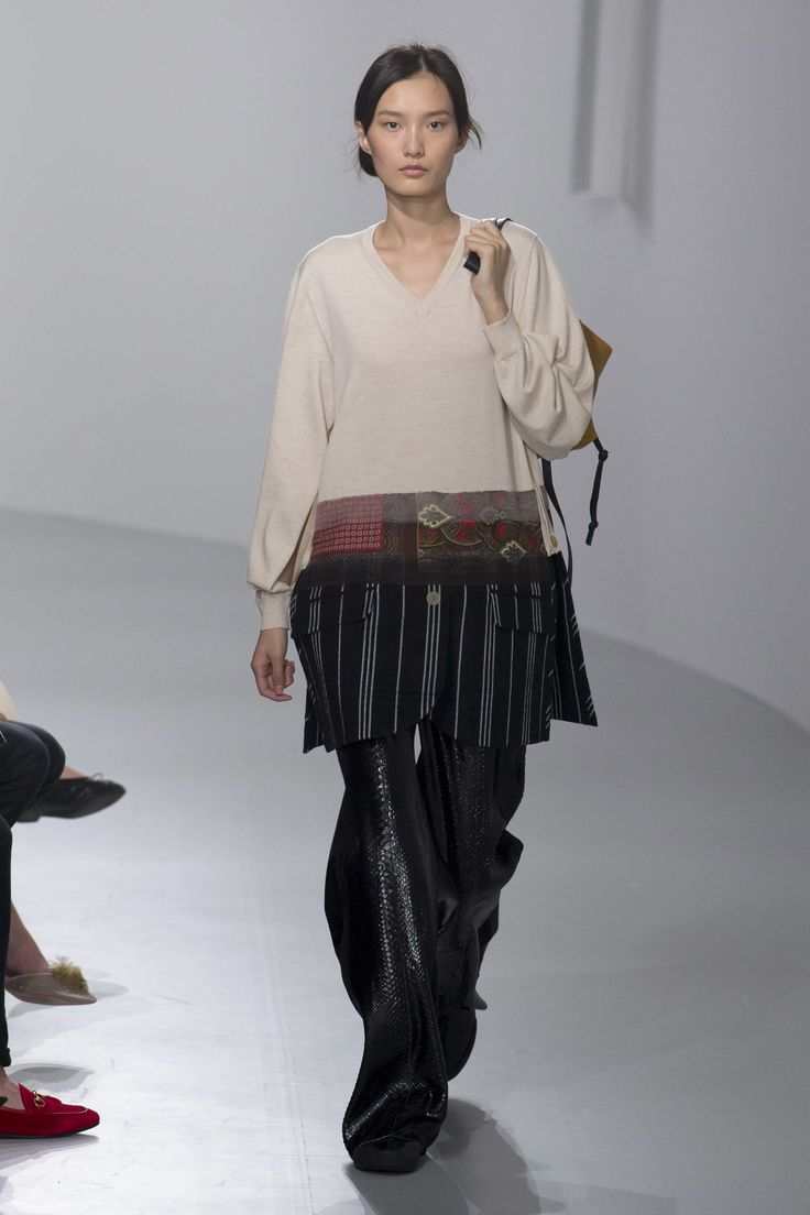 See the complete Loewe Spring 2018 Ready-to-Wear  collection.