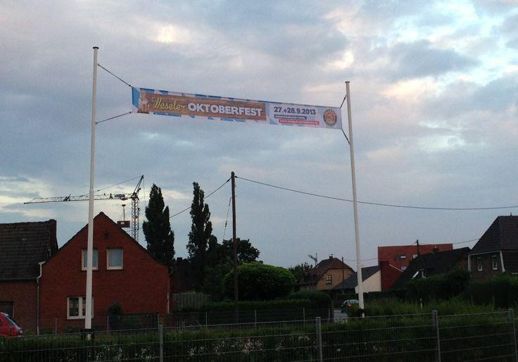 www.werbebanner24.de # Spannbanner aus Fahnenstoff befestigt mit Gummiseilen an zwei Masten