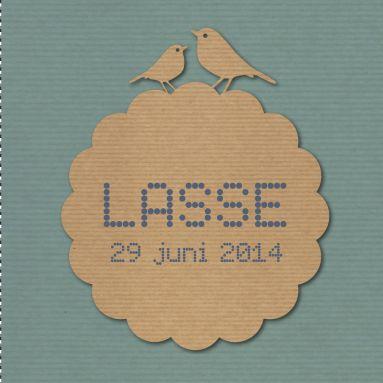 Een vintage geboortekaartje met silhouet van vogels en een nostalgisch etiket voor de naam.