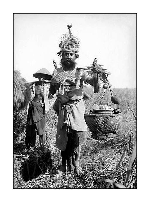 Balinese beverages salesman (rice wine?), 1930s, photographer unknown. Source: Tropenmuseum Amsterdam.