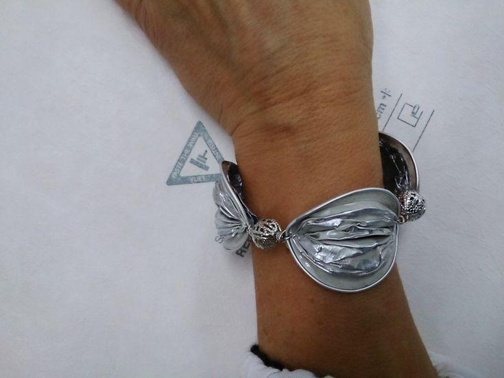 Armband aus Nespresso Kapseln und silberfarbenen Kugelchen
