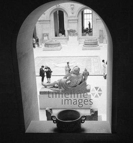 Louvre in Paris, 1967 Juergen/Timeline Images #Atmosphäre #atmosphärisch #Design #Designkonzept #Farben #Konzept #kreativ #Kreativität #Moodboard #Mood #Stimmung #stimmungsvoll #Thema #Moodboardideen #Moodboarddesign #Paris #Cafe #Kontraste #Touristen #Jacken #Mäntel #60er