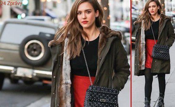Styl podle celebrit: Oblečte si červenou sukni jako Jessica Alba