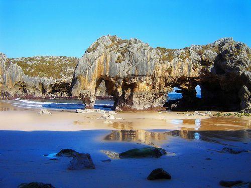 Bellísima Playa Cuevas del mar - Asturias   Se encuentra en el extremo occidental del concejo de Llanes, cerca de Villanueva   Qué te parece?