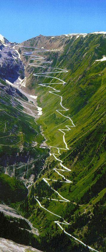 """Passo dello Stelvio – Norte da Itália É o segundo """"vale automobilístico"""" mais alto da Europa. Estrada acima, são 2770."""