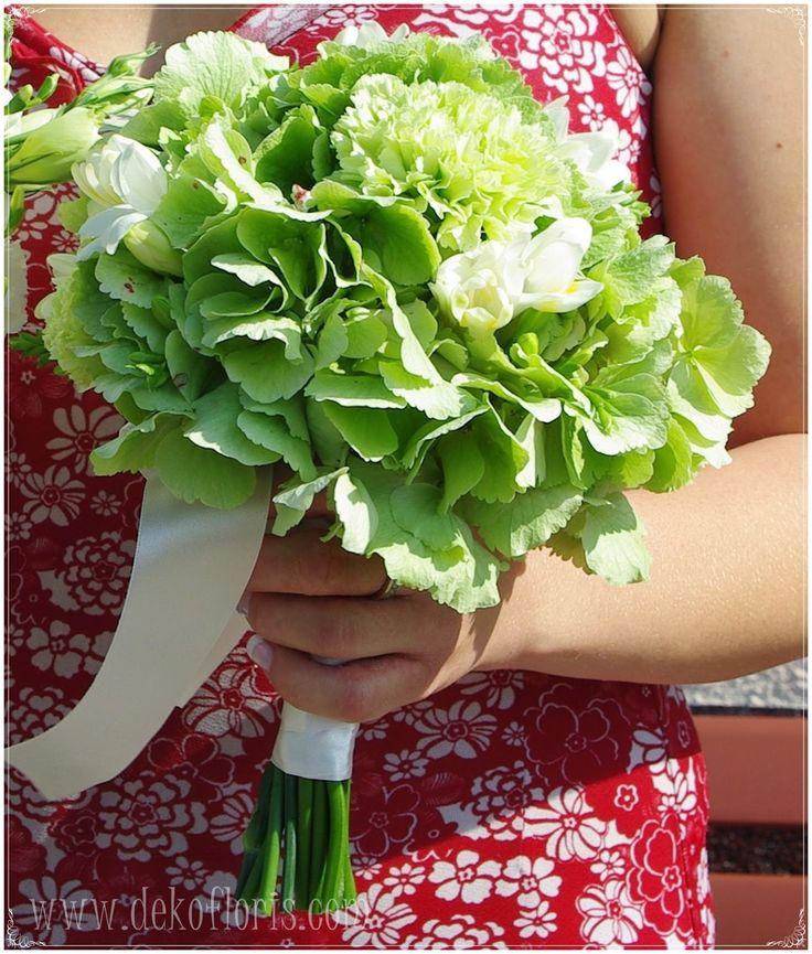Dekoracje i bukiety ślubne - opolskie: Uroczy garbusek i bukiety ślubne na biało zielono