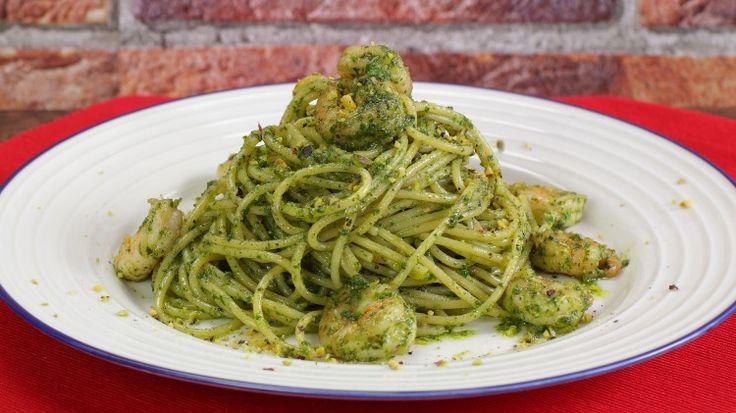 Ricetta Vermicelli ai gamberi in verde: I vermicelli ai gamberi al verde è un primo piatto estivo, profumato e leggero perfetto per le cene estive con gli amici all'aperto. Provateli!