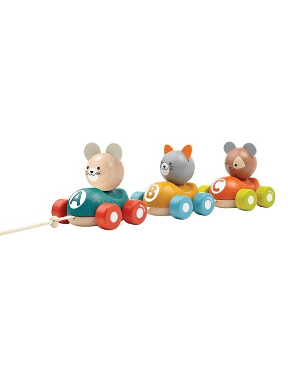 En söt och rolig ekologisk dragleksak tillverkad i trä. Animal Train från Plantoys med tre stycken racerbilar i trä.
