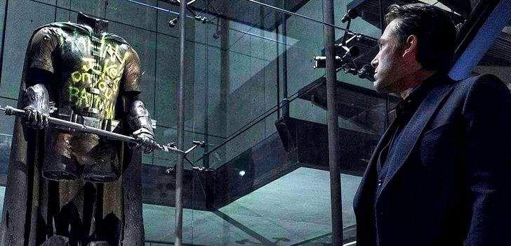 Poucos dias atrás, a página oficial do facebook da Warner Bros. colocou um vídeo mostrando um guia fazendo seu tour por uma exposição do universo DC. Quando ele vai até a exibição de Batman vs Superman: A Origem da Justiça, ele responde uma dúvida que pairou na cabeça de muitos fãs ao assistir o filme: …